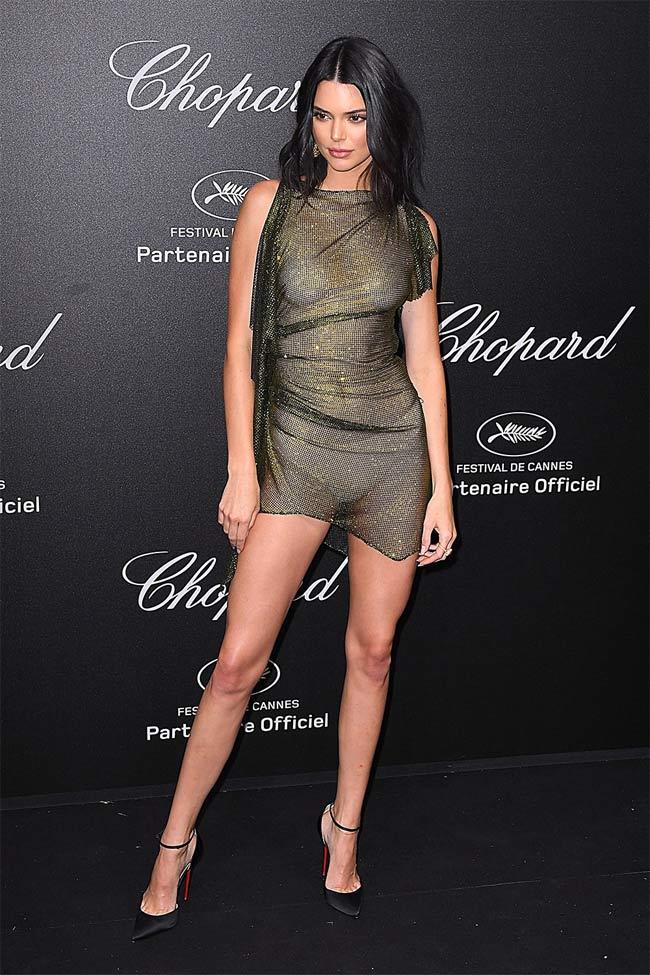Tại tiệc Chopard thuộc khuôn khổ sự kiện Cannes, Kendall cũng diện một thiết kế mỏng tang như sương.