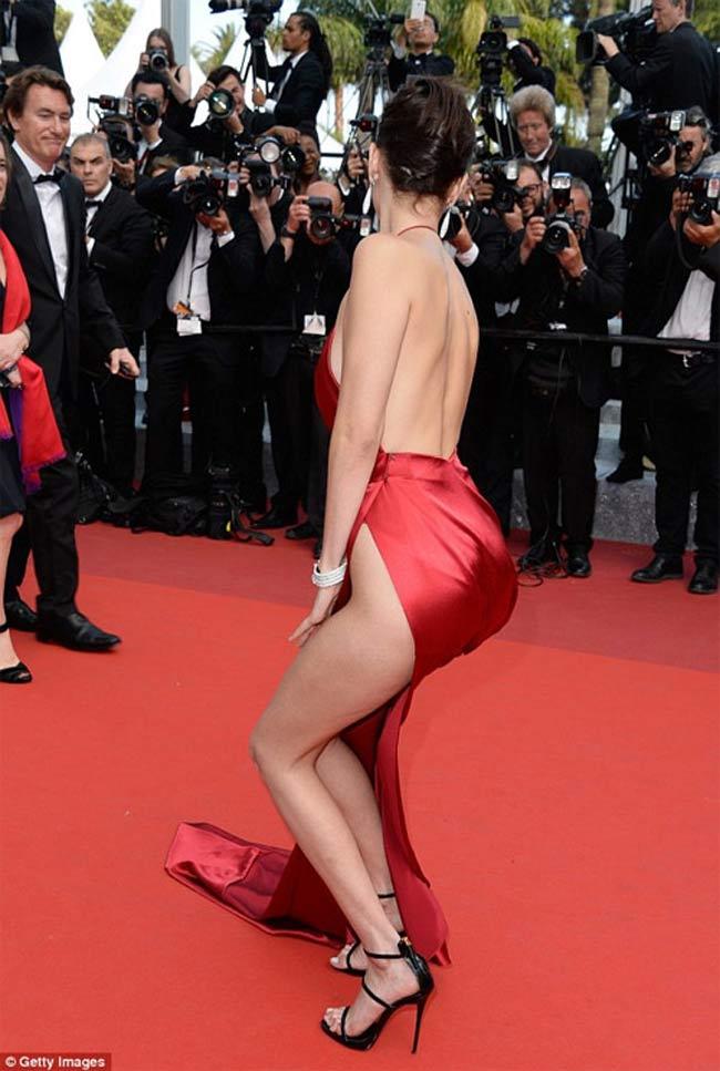 Nhắc tới những bộ váy gây sốc nhất trong lịch sử Cannes không thể bỏ qua bộ váy mà Bella Hadid mặc trong lần chào sân.