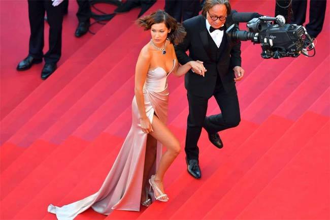 Bella Hadid lại tiếp tục lặp lại sự cố váy áo của năm 2016, khoảng xẻ cao ngút khiến cô thỉnh thoảng vô tình lộ phần bodysuit (áo liền quần) được khéo léo may phía bên trong váy. Mặc dù vậy, màn xuất hiện trên thảm đỏ Cannes của Bella Hadid vẫn được nhiều tạp chí thời trang như Elle, Harper Baazar đánh giá là thuộc hàng top mặc đẹp nhất Cannes 2017.