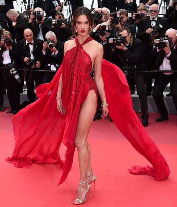 """Thiên thần nội y suýt lộ vòng 3 vì đặc sản cơn gió """"hư hỏng"""" ở Cannes - 1"""