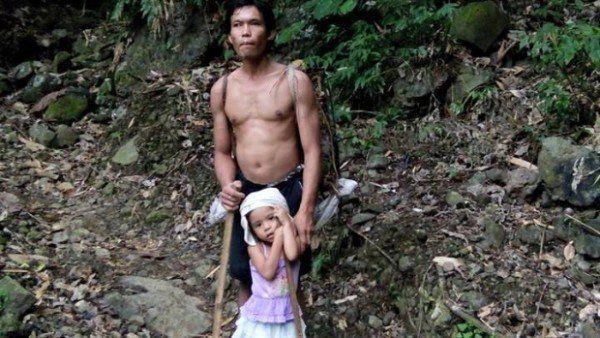 Clip: Bé gái 5 tuổi dắt cha mù đi làm mỗi ngày - 1