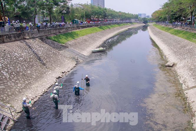 Hà Nội bắt đầu làm sạch sông Tô Lịch bằng 'bảo bối' của Nhật - 1