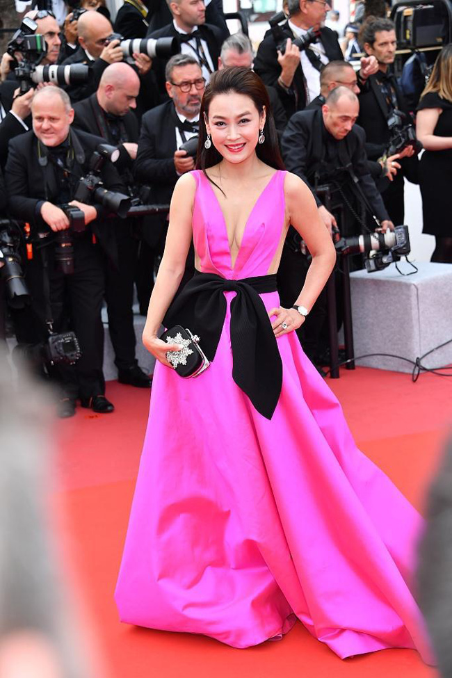 Một nữ diễn viên vô danh tranh thủ gây ấn tượng bởi chiếc váy hồng rực cùng khuôn ngực đầy.