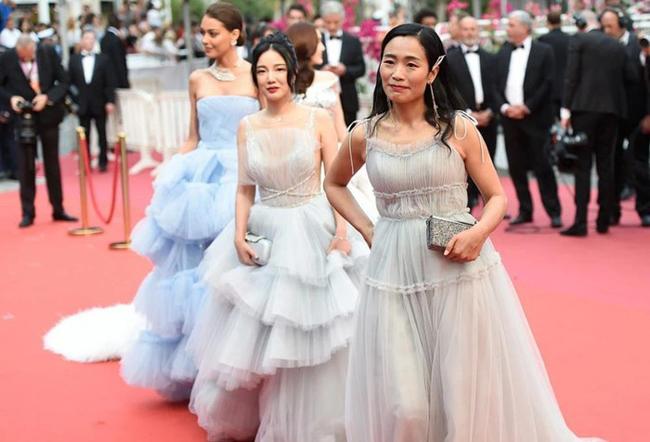 """Một loạt những """"ngôi sao"""" Trung Quốc diện đồ xuyên thấu, lũ lượt kéo nhau lên thảm đỏ Cannes, biến LHP thành hội chợ."""