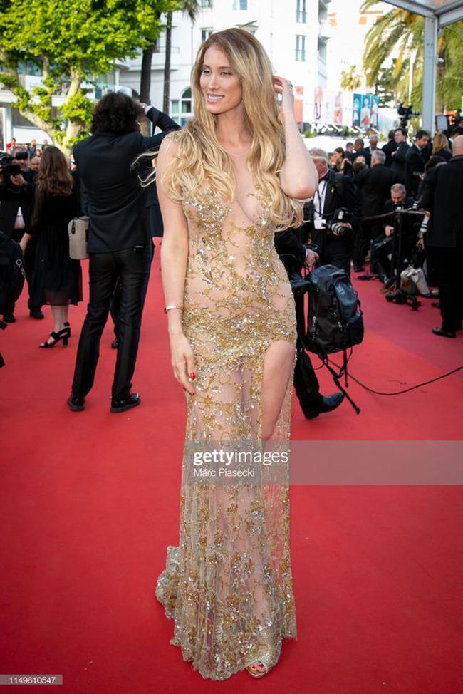Bộ váy xuyên thấu không thể hở hơn của Stella Manente.
