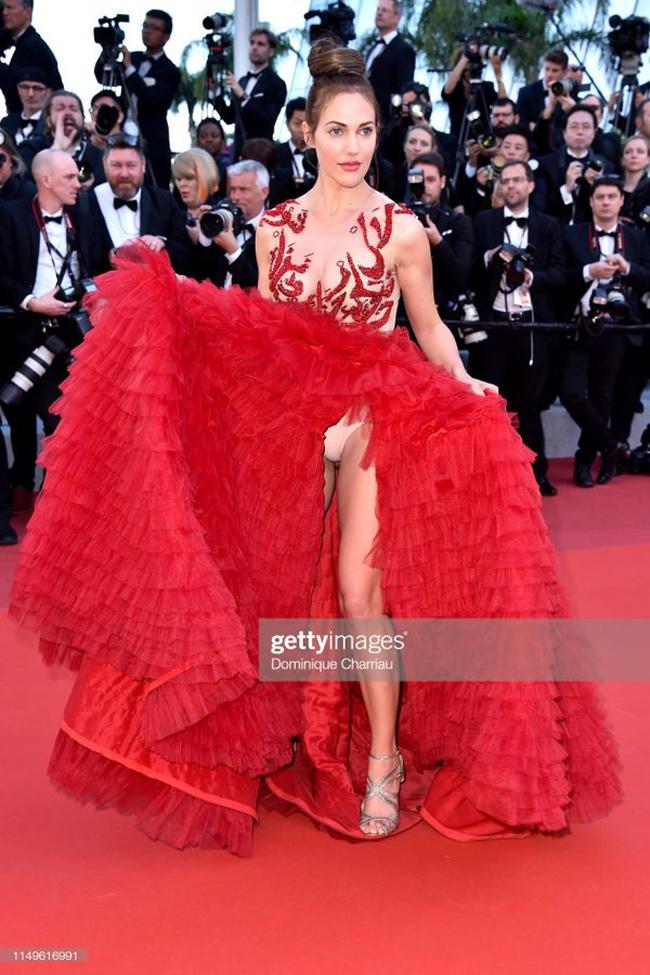 Người mẫu kiêm diễn viêngốc Thổ Nhĩ KỳMeryem Uzerli chọn bộ váy rực rỡ cho ngày thứ 3 tại Cannes.Mải mê tung váy khiến sao nữ bất ngờ làm lộ nội y.