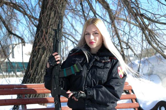 """Nữ """"vệ sỹ"""" đẹp nhất nước Nga: Bắn súng như thần """"hạ"""" 1.000 đối thủ - 1"""