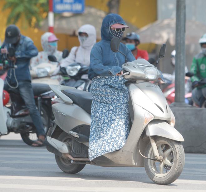 """Nắng 45 độ, chị em Hà Thành bịt 1 lúc 2-3 khẩu trang, quấn """"chăn"""" kín mít - 1"""