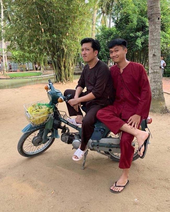 Trên Instagram cá nhân, ông xã Nhã Phương thường chia sẻ những hình ảnh giản dị trong cuộc sống đời thường. Anh cũng là người có niềm đam mê với dép tổ ong và thường xuyên đi loại dép này dù tham gia gameshow hay đi ngoài phố.