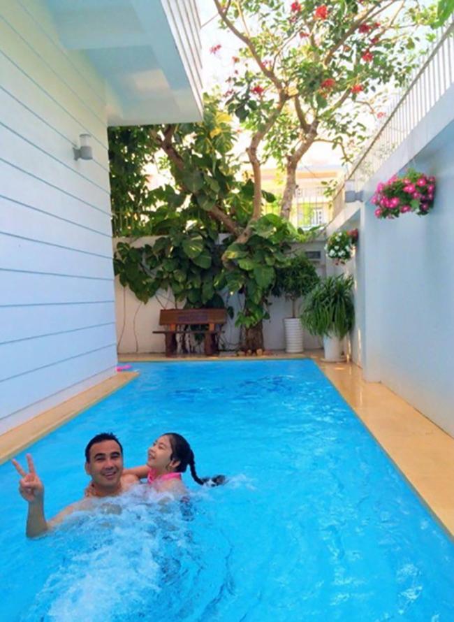 Một góc bể bơi trong khuôn viên biệt thự nhà vườn của Quyền Linh.