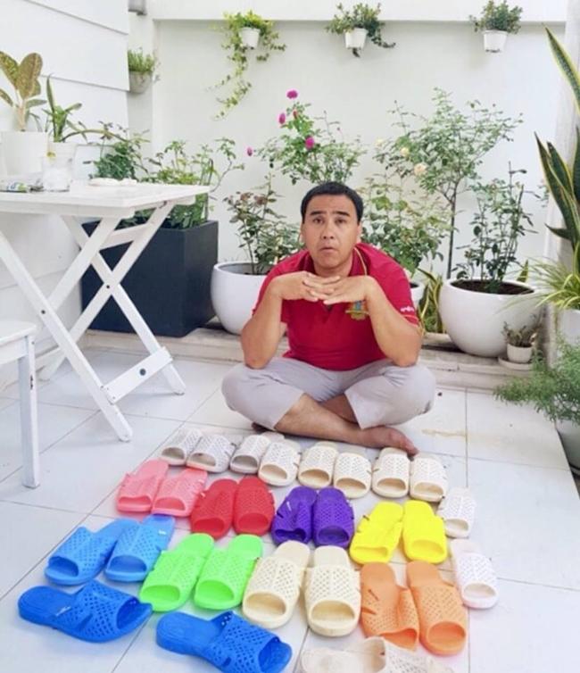 Anh cũng là MC có sở thích đi dép tổ ong. Thậm chí, Quyền Linh còn sở hữu một bộ sưu tập dép tổ ong đầy màu sắc. Hình ảnh sau khi đăng tải trên mạng xã hội đã nhận được hàng nghìn lượt thích.