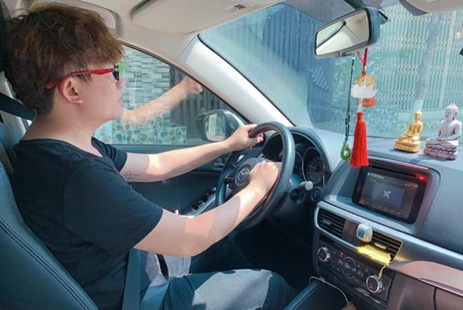 Khoảng khắc ngồi lái xê riêng cũng ít khi được anh đăng tải trên mạng xã hội.