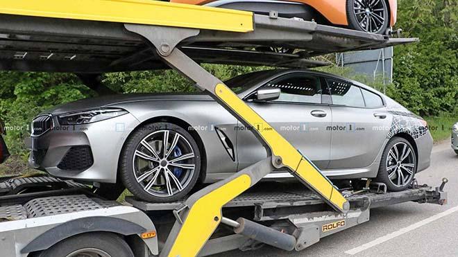 BMW 8 Series Gran Coupe lộ diện khi đang được vận chuyển cùng lớp nguỵ trang hời hợt - 1
