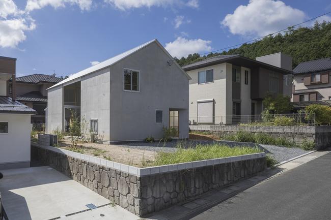 Xây dựng căn nhàtrên một mảnh đất cùng thiết kếkhungvuông vức nhưng chủ nhà muốn mọi căn phòng bên trong méo mó.