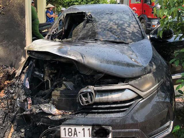 Nắng nóng đỉnh điểm, ô tô tiền tỷ bỗng dưng bốc cháy ngùn ngụt