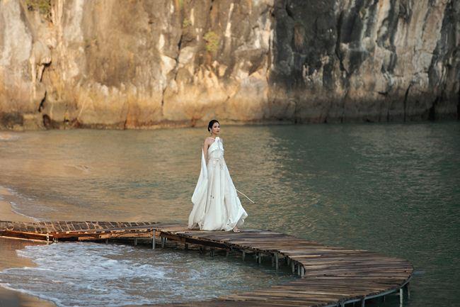 Hơi thở mùa hè phóng khoáng trong hành trình thời trang trên đảo hoang - 1