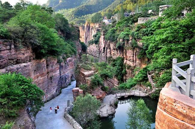 Tọa lạc trên vách đá cao 1700 mét, địa hình hiểm trở và phong cảnh đẹp là 2 nét đặc trưng nhất khi nói về nơi này.