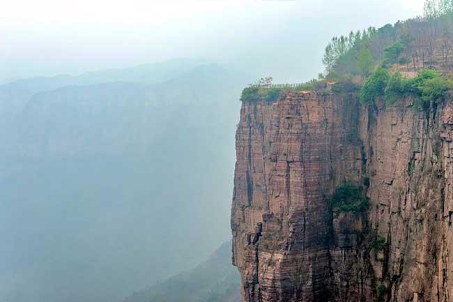 Sau khi băng qua đoạn đường núi quanh co, du khách sẽ phải leo lên 720 bậc thang.