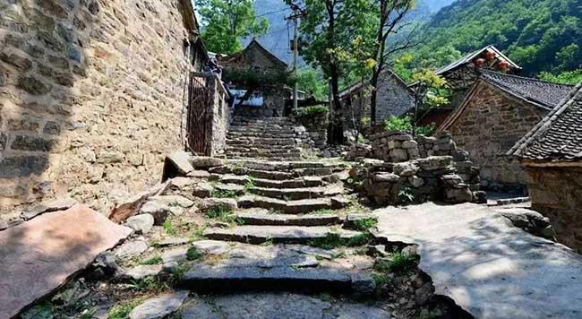 Hầu hết mọi người đều thích thong thả đi bộ trên con đường lát đá, ngắm nhìn những ngôi nhà cổ xưa xen kẽnhau.