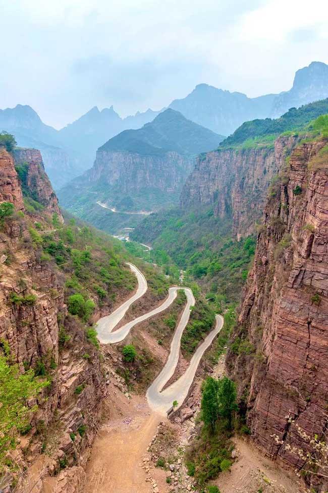 Để có được một con đường thông với thế giới bên ngoài, người dân đã khoan núi hàng trăm năm mới có được một con đường hoàn chỉnh men theo vách đá.