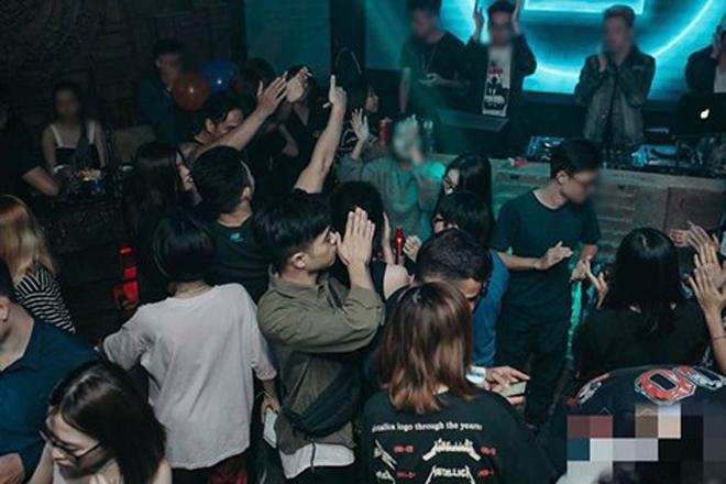 Những cô gái trẻ đẹp bị gài bẫy khi đi bar ở Hà Nội - 1