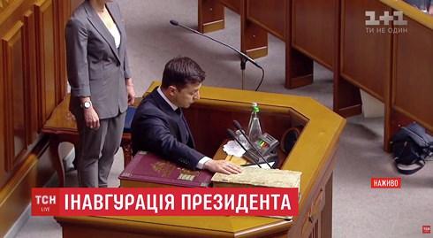 Ông Zelensky chính thức nhậm chức Tổng thống Ukraine, tuyên bố giải tán Quốc hội - 1