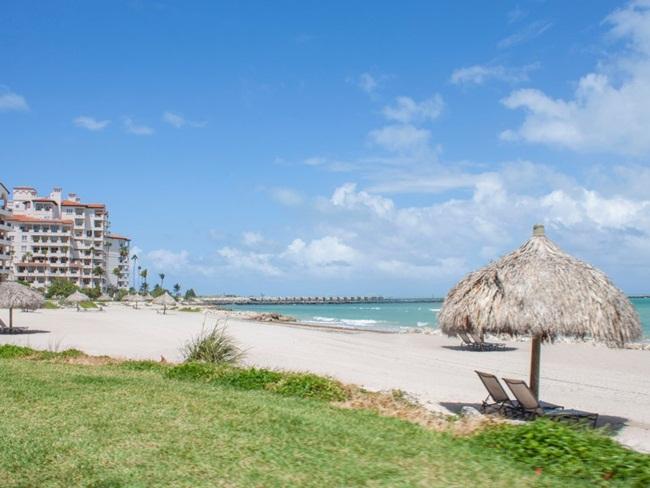 Đảo Fisher có một số bãi biển ít người nhất ở Miami với cát được nhập về từ Bahamas.
