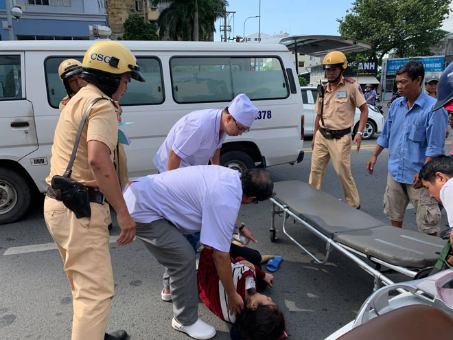 CSGT sơ cứu người phụ nữ bị nạn gào khóc giữa trung tâm Sài Gòn - 1