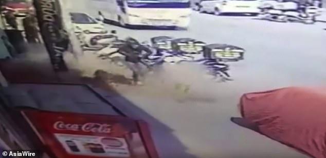 Video: Đang đi bộ, thiếu nữ bị đống gạch từ đâu rơi xuống trúng đầu - 1