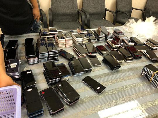 Hải quan Tân Sơn Nhất bắt giữ hơn 400 điện thoại nhập lậu - 1