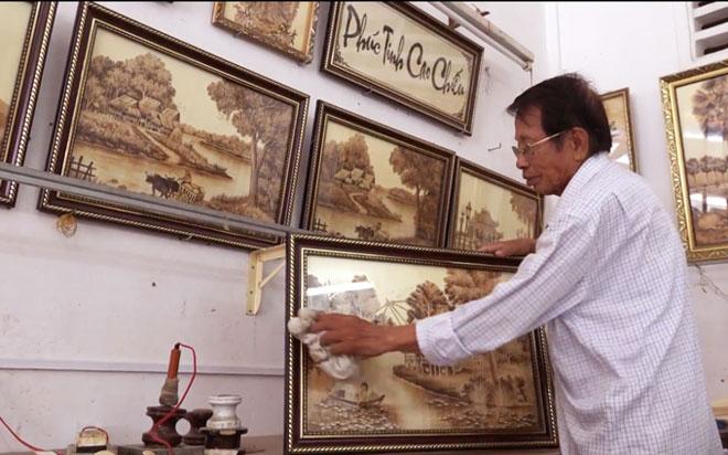 """Kỷ lục: Người đàn ông An Giang vẽ tranh trên lá thốt nốt """"cực đỉnh"""" - 1"""