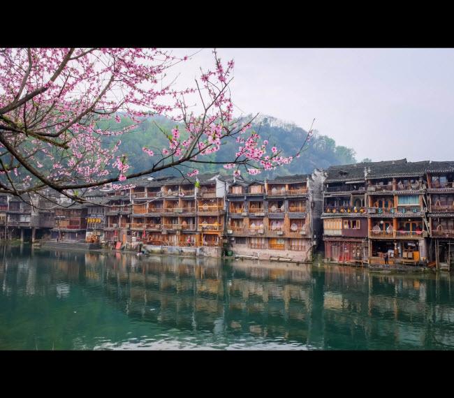 Thành phố Phượng Hoàng nổi tiếng với một hồ lớn các ngọn núi hùng vĩ.