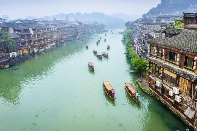 2. Thành phố Phượng Hoàng: Thành phố cổ này được bảo tồn khá nguyên vẹn. Nơi đây lưu giữ nhiều ngôn ngữ, trang phục, nghệ thuật và kiến trúc từ thời nhà Minh và nhà Thanh.
