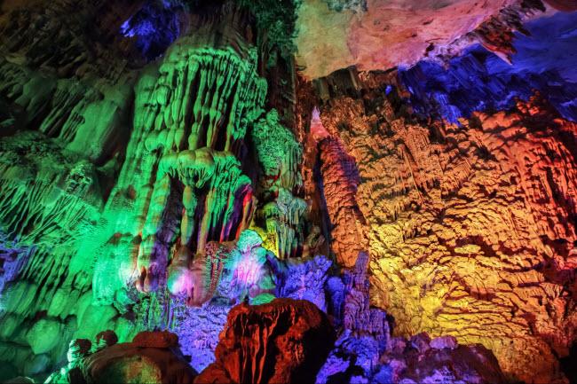 Các vách hang bao gồm các nhũ đá và măng đá được chiếu ánh sáng đèn màu lung linh.