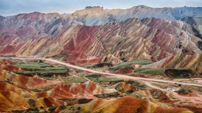 7. Công viên địa chất Trương Dịch Đan Hà: Nằm ở phía tây bắc tỉnh Cam Túc, khu vực này nổi tiếng với cấu trúc địa chất nhiều màu sắc và những dãy núi hùng vĩ.