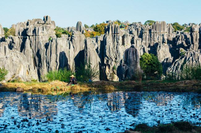 """9. Thạch Lâm: Nơi đây còn được gọi là """"Rừng đá"""" do có các cấu trúc đá kéo dài nhiều km."""