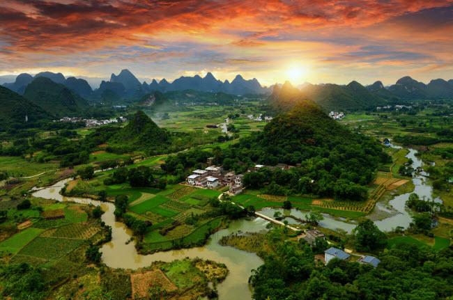 10. Dãy núi Dương Sóc: Những dãy núi phủ xanh phía chân trời trông như bức tường thành vững chắc bảo vệ thành phố Dương Sóc.