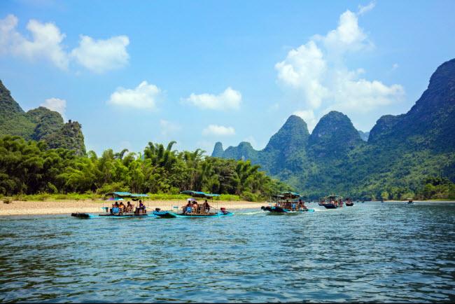 Du khách cũng có thể tìm thấy hồ tuyệt đẹp để chèo thuyền và những phong cảnh hùng vĩ dọc dãy núi Dương Sóc.