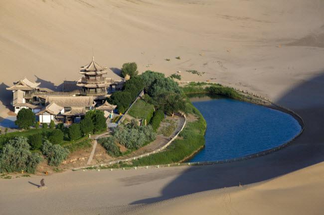 13. Nguyệt Nha Tuyền: Hồ hình bán nguyệt nằm cách thành phố Đông Hoàng ở tỉnh Cam Túc khoảng 6km. Nhiều du khách di chuyển bằng lạc đà để khám phá ốc đảo này.