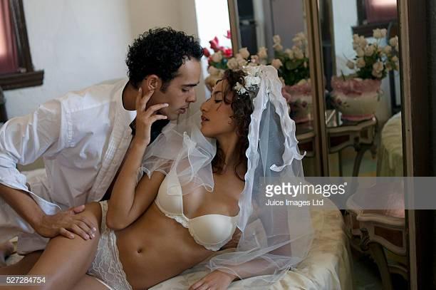 Trong đám cưới, chú rể bận đón khách, cô dâu nháy tôi lên phòng tân hôn - 1