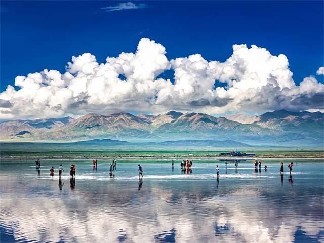 Không chỉ là hồ muối lớn nhất Trung Quốc, nơi này còn có phong cảnh đẹp đến nghẹt thở - 1