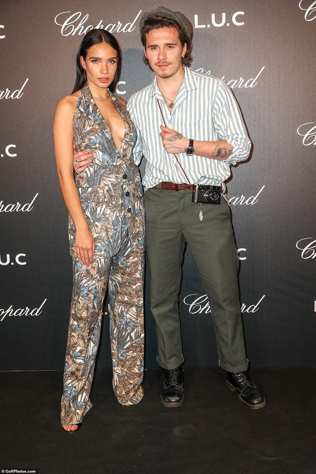 Người mẫu trẻ mặc khoét sâu, quấn như sam với quý tử của Beckham - 1