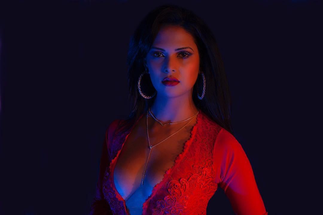 """Chụp ảnh nóng bỏng, nữ hoàng sắc đẹp Hồi giáo bị dân mạng """"dìm"""" là gái bán dâm - 1"""
