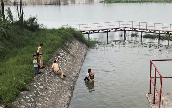 CSGT cứu bé gái 10 tuổi đang tuyệt vọng vùng vẫy dưới nước - 1