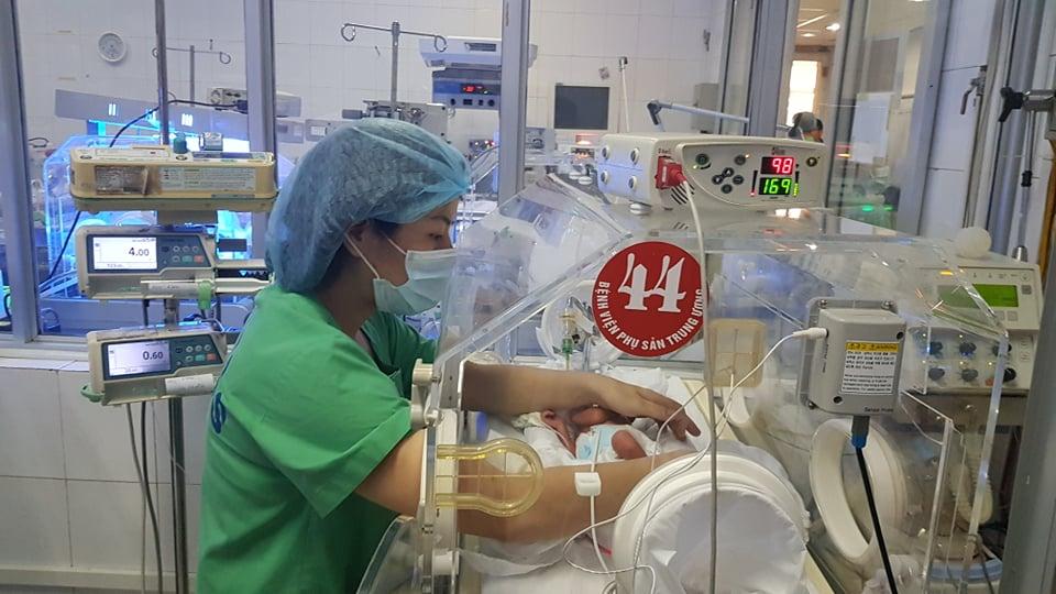 Bác sĩ kể phút sinh tử của người mẹ ung thư giai đoạn cuối gắng gượng để con chào đời - 1