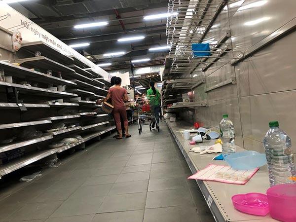 """Siêu thị Auchan """"tan hoang"""" sau thông tin xả hàng rút khỏi Việt Nam - 1"""