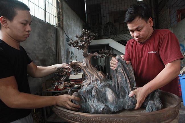 Chủ nhân của tác phẩm tùng cổ bonsai bằng đồng nguyên khối là anh Nguyễn Tấn Hùng (Gia Bình, Bắc Ninh).
