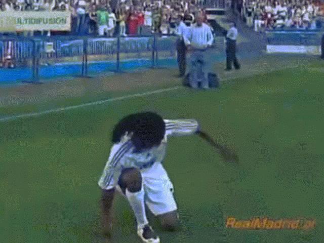 Sao bóng đá trở thành trò cười vì biểu diễn lỗi trong ngày ra mắt CLB
