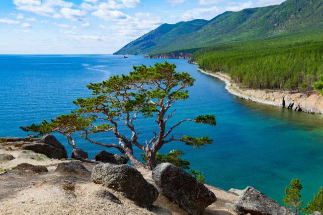 Baikal là hồ nước ngọt lớn và sâu nhất thế giới, với điểm sâu nhất là 1.642 m. Địa danh này được UNESCO công nhận là di sản thế giới vào năm 1996.