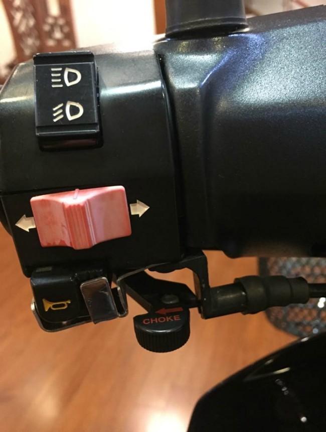 Nút điều khiển đèn pha và xi-nhan trên thanh tay lái.